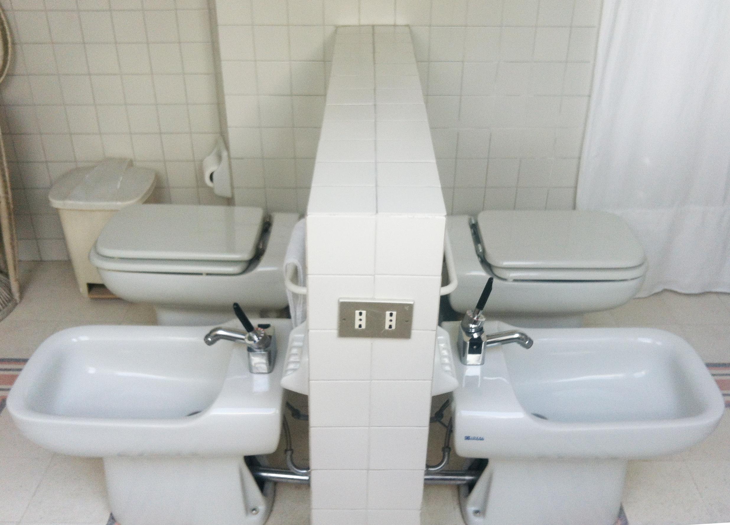 bagno grande con doppi sanitari